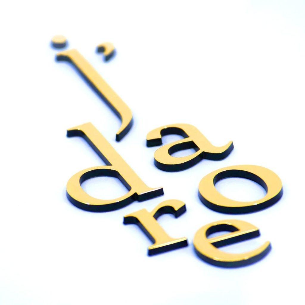 Herstellung eines Logos mit Heißprägung - Das Heißprägeverfahren bringt Ästhetik und Beständigkeit